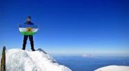 Prapor VK vztyčen na Mount Adams - 3743 m n. m., Washington, USA.